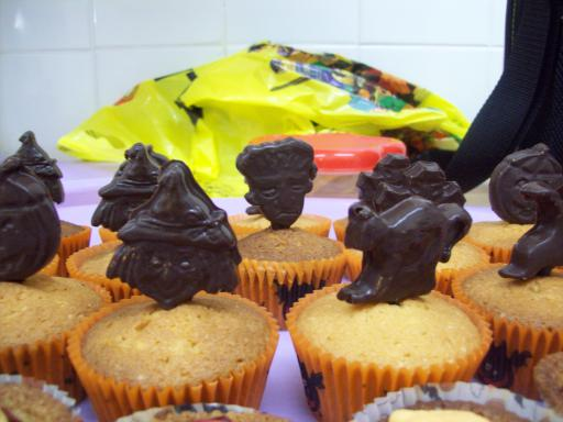 Chocolate motif halloween cupcakes